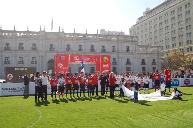 Futbol-Calle-en-La-Moneda